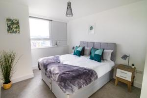 A bed or beds in a room at Central & Spacious Maidstone Apartment by ComfyWorkers