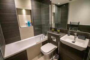 A bathroom at Central & Spacious Maidstone Apartment by ComfyWorkers