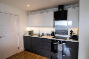 A kitchen or kitchenette at Central & Spacious Maidstone Apartment by ComfyWorkers
