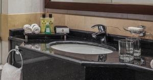Um banheiro em Dar Al Iman InterContinental, an IHG Hotel