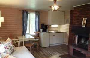 A kitchen or kitchenette at Tammiston Cottages