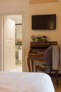 Uma TV ou centro de entretenimento em Hotel Bernini Palace