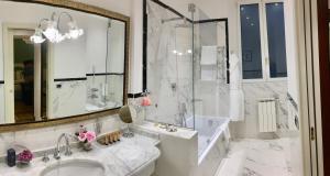 Um banheiro em Hotel Bernini Palace