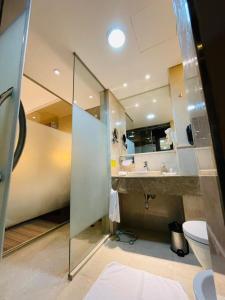 A bathroom at Holiday Inn Meydan, an IHG Hotel