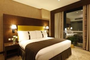 Cama ou camas em um quarto em Holiday Inn Meydan, an IHG Hotel