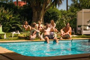 Der Swimmingpool an oder in der Nähe von Nice Way Cascais Hostel & Surf Camp