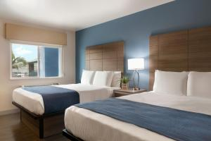 A bed or beds in a room at Torch Lite Inn at the Beach Boardwalk