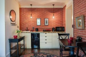 A kitchen or kitchenette at Chamberlin Inn