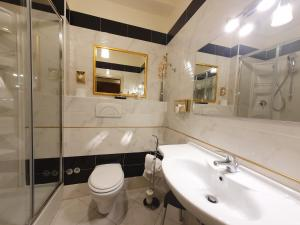A bathroom at Hotel Continentale