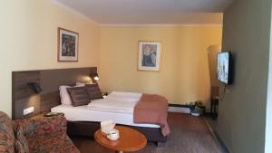 A bed or beds in a room at Hotel am Park