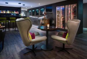 The lounge or bar area at SI-SUITES