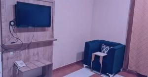 Uma TV ou centro de entretenimento em Taj Al Arous Furnished Units
