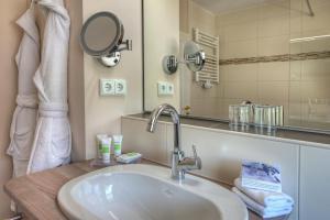 A bathroom at Königshof Hotel Resort