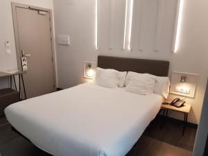 Cama o camas de una habitación en Hotel Lux Santiago