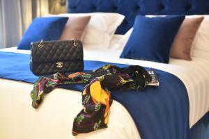 سرير أو أسرّة في غرفة في Duomo Hotel & Apartments