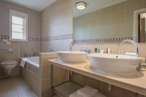 A bathroom at Crowne Plaza - Sheffield, an IHG Hotel
