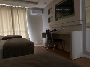 Uma TV ou centro de entretenimento em Hotel Joaçaba