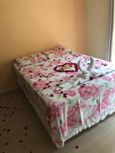 A bed or beds in a room at Pousada Colibri