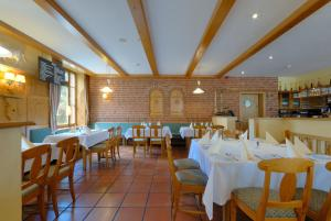 A restaurant or other place to eat at Golden Tulip Luebecker Hof
