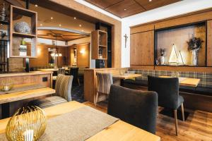 A restaurant or other place to eat at Hotel Garni Angela