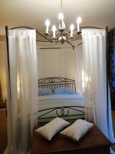 A bed or beds in a room at Hotel De Pastorij