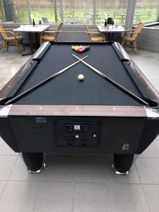 Ein Billardtisch in der Unterkunft Fletcher Hotel - Restaurant Nieuwvliet Bad