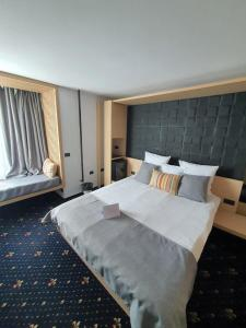 A bed or beds in a room at Aqvatonic Hotel - Steaua de Mare