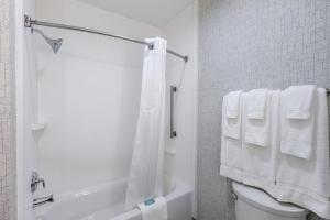 حمام في هوليداي إن إكسبريس آند سويتس جيرسي سيتي نورث - هوبوكين