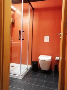 A bathroom at Basic Braga by Axis