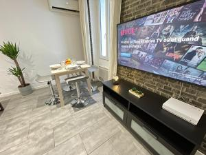 A television and/or entertainment centre at Urban Chic By AndersLocation - Terrasse / Wifi / Netflix / Clim