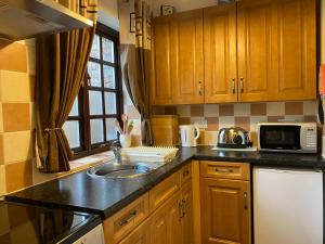 A kitchen or kitchenette at Thompsons Arms Cottages
