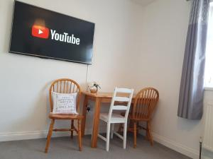 A television and/or entertainment center at Ladysmith House - 4 Bedrooms - Full House