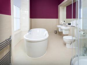 A bathroom at Ballantrae Hotel