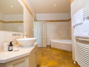 A bathroom at Grande Vue Private Hotel