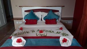 A bed or beds in a room at Au Fond De Mer View