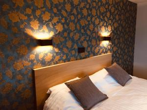 A bed or beds in a room at Hotel le Fenil