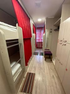 Двох'ярусне ліжко або двоярусні ліжка в номері Hostel Zolota Nyva