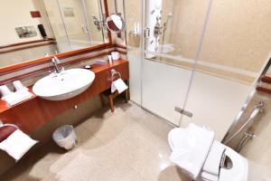 Um banheiro em Rosewood Jeddah