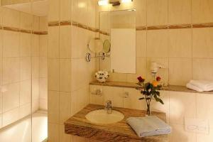 A bathroom at Eurotel Victoria