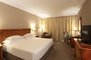 سرير أو أسرّة في غرفة في Barceló Concorde Les Berges du Lac