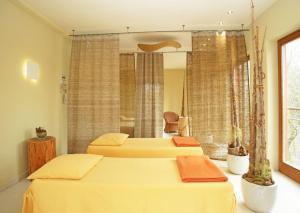 Ein Bett oder Betten in einem Zimmer der Unterkunft Bio Thermalhotel Falkenhof