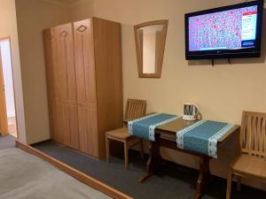 A television and/or entertainment center at Garni Hotel Viktoria