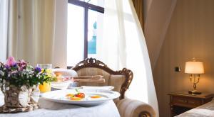 Ein Restaurant oder anderes Speiselokal in der Unterkunft Podol Plaza Hotel