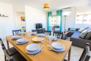 A restaurant or other place to eat at Superbe 100m2 - 2 Balcons - Proche Gare - Climatisé