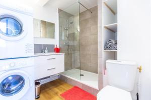 A bathroom at Superbe 100m2 - 2 Balcons - Proche Gare - Climatisé