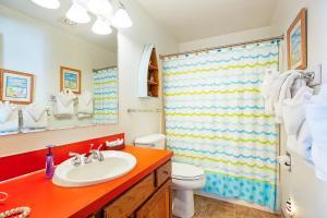 A bathroom at Hi-Tide Resort