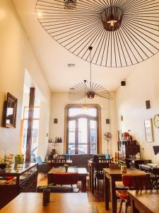 A restaurant or other place to eat at L'Adresse Hôtel Boutique