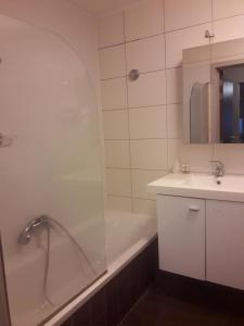 A bathroom at Hotel La Louve