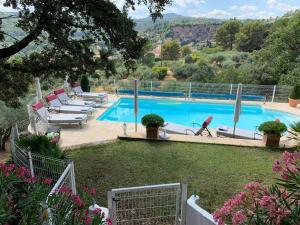 Vue sur la piscine de l'établissement Tivoli en Provence ou sur une piscine à proximité