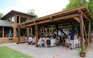 Un restaurante o sitio para comer en SEL Lodge & Spa
